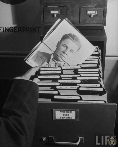Огромная картотека отпечатков пальцев FBI до перехода на электронную базу.