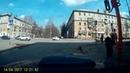 В Кемерово столб со светофором упал на проезжую часть от прикосновения палки
