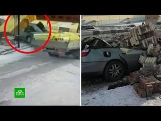 Водитель выскочил из машины за секунду до того, как ее раздавило всмятку