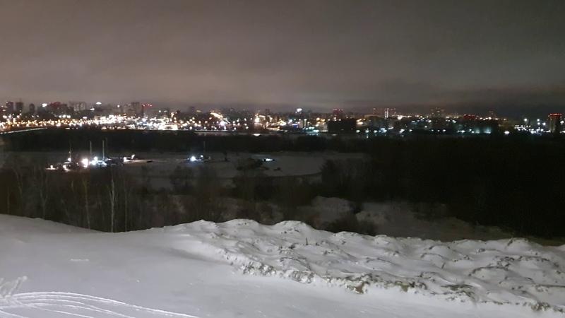 Рабочие забивают сваи для нового ЛДС. Новосибирск