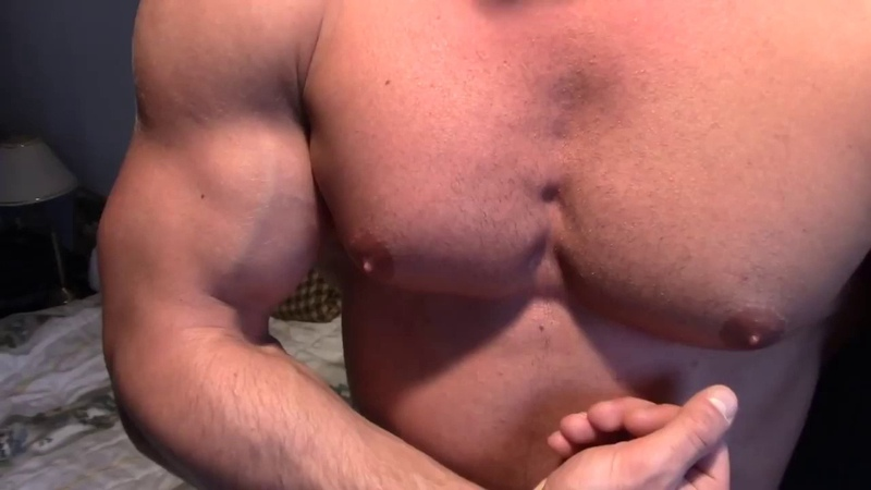 Preview : huge bodybuilder David flexes again