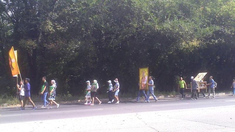 Au pornit la colindat dealurile cu drapele, icoane şi clopoţei - Curaj.TV