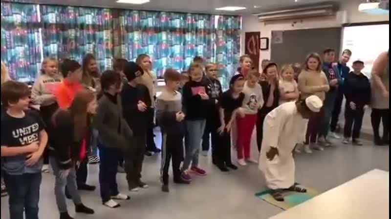 Des élèves danois apprennent à faire la prière musulmane