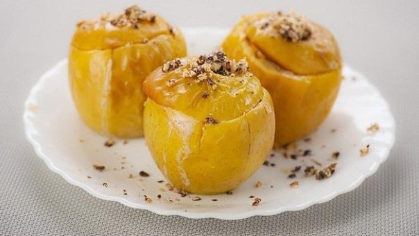 Яблоки с лимонной цедрой и орехово-медовой смесью