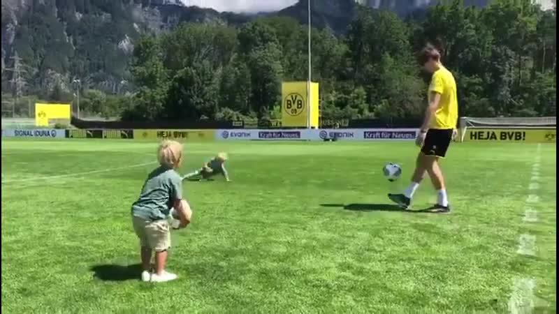 Марвин Хитц тренируется со своими сыновьями
