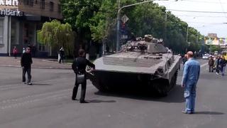 Мариуполь  9 мая, 2014г.  Начало войны карателями украины в центре Мариуполя. Расстрел у кафе Арбат.