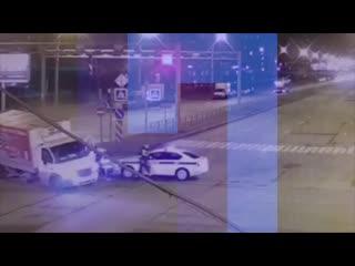 В Петербурге грузовик остановил «Фольксваген», за которыми гнались полицейские