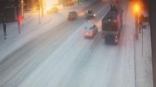Закрутилась, как юла: в Волгограде массовое ДТП с троллейбусом попало на видео