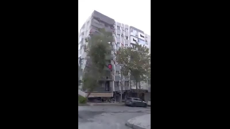 Обрушение жилого дома в Турции от землетрясения