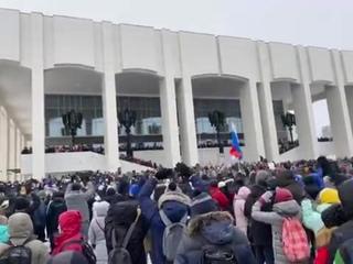 В Перми около «Театра-Татра» люди скандируют «Путин вор!»
