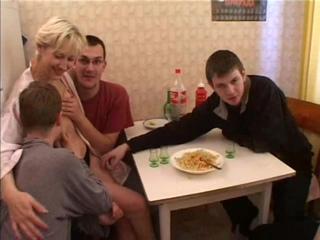 Русское порно. Семейные посиделки парней переросли в групповуху трое на одну!