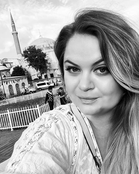 Анита Мишенкова: За что люблю Стамбул, так это за то, что это город контрастов. Там абсолютная свобода выбора, свобода вероисповедания. Никто тебя не осудит, никто не посмотрит криво, если ты отличаешься чем-то. По одной улице рядом спокойно может проходить консервативная мусульманская пара - в традиционном для этого полностью закрытом одеянии (девушки, женщины) и рядом может также спокойно прогуливаться за ручку гей пара, трансвеститы и транссексуалы. Вечером в центре можно увидеть абсолютно по разному одетых девушек, как и в закрытых строгих одеяниях, а также девушек в откровенно вызывающих и откровенных нарядах ( у нас бы уже таких начали снимать на видео и втихаря подшучивать над ними). А тут никому нет дела до окружающих - это их виденье и выбор. А за откровенное издевательство и насмешки, особенно над нетрадиционной ориентацией - могут даже в тюрьму забрать. Я очень люблю города, где проживают люди разных национальностей с разной культурой. Люблю узнавать эти культуры и этим расширять свои горизонты.