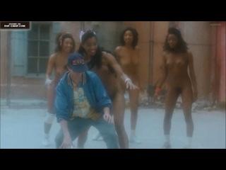 Беззаботный межрасовый CMNF, одетый среди голых – парень мечтает поиграть в баскетбол с четырьмя голыми темнокожими девушками