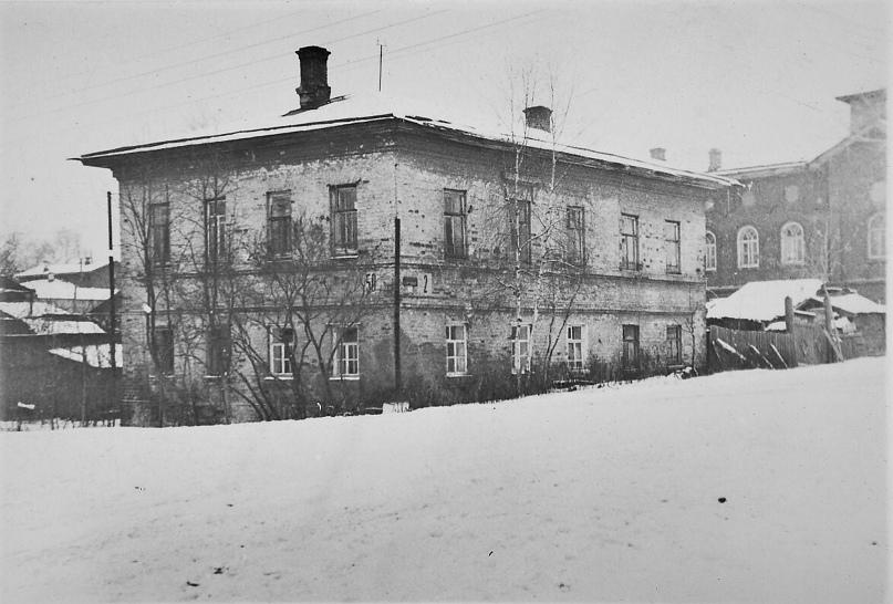 Дом Ухова, справа видно здание мечети. 1966 г. Фото: А. Г. Тинский.