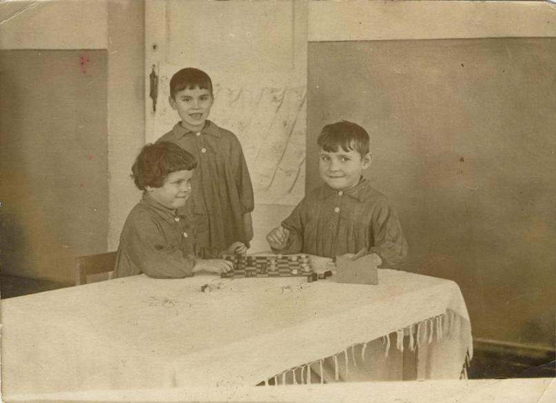 Дети в детском саду «Тополек». Слева Наталья Крутецкая.