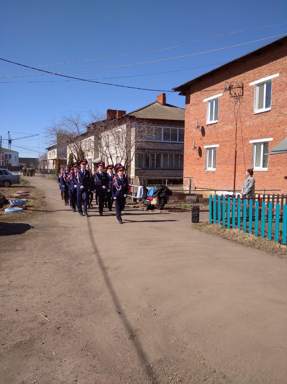 Кадеты устроили небольшой парад для ветерана Великой