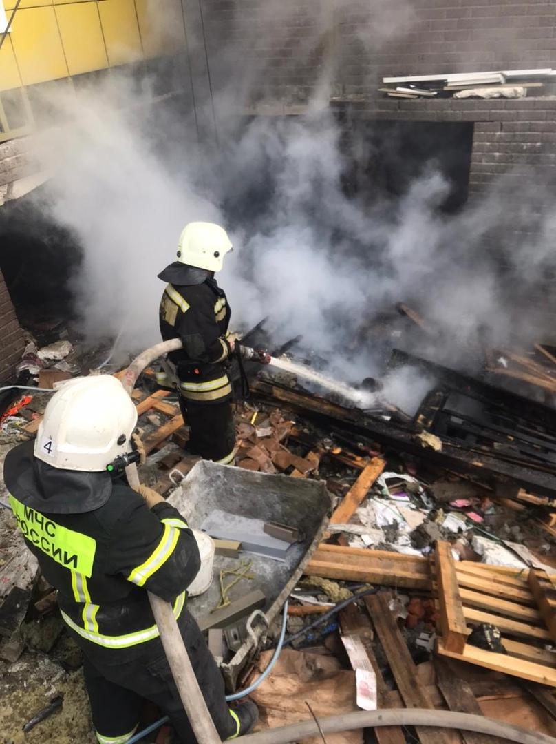 В Курске из-за возгорания строительного мусора эвакуировали 20 человек