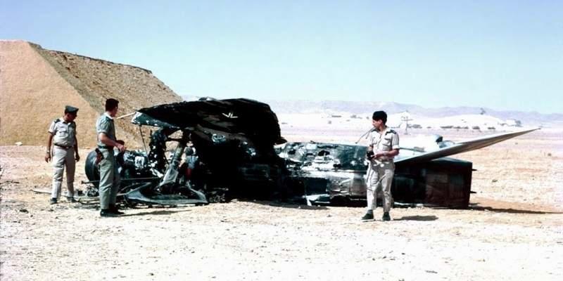 Офицеры ВВС Израиля рядом с разрушенным египетским МиГ-21
