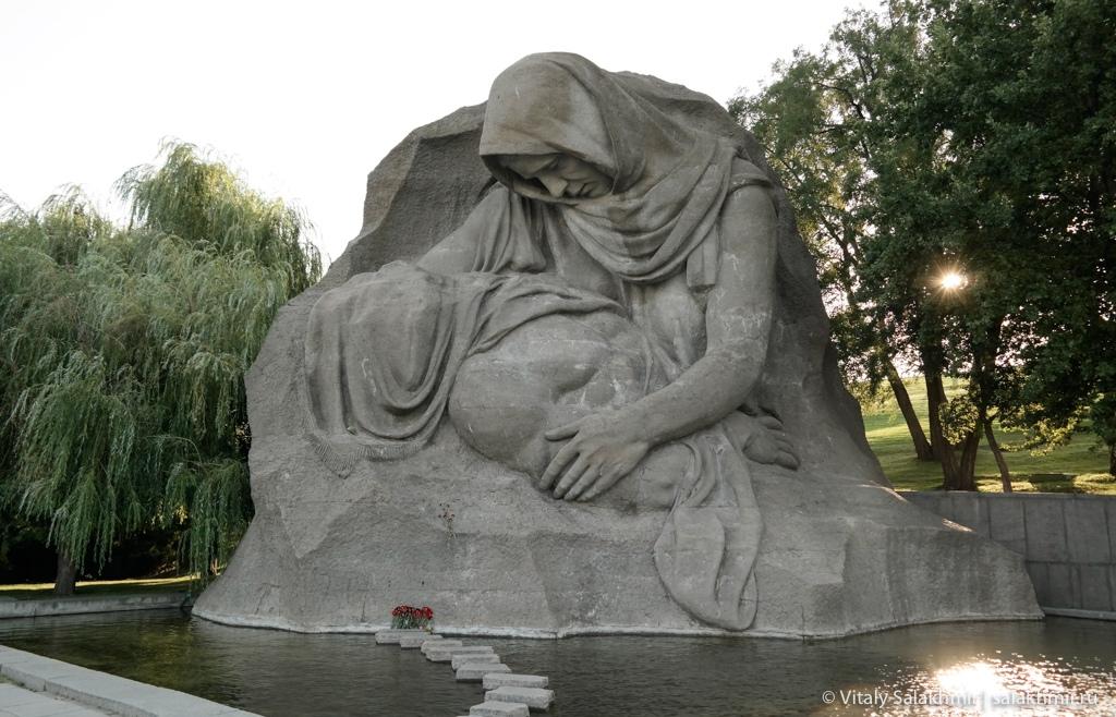 Скульптура Скорбящая мать, Мамаев курган, Волгоград 2020