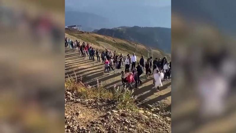 В Сочи сняли на видео огромную очередь из туристов Не носят маски и не соблюдают дистанцию