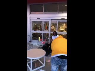 Рэпер воспользовался моментом и снял клип во время беспорядков NR