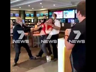 Австралия.  Подросток из Мельбурна был придушенный, и без сознания брошен на пол как тряпичная кукла