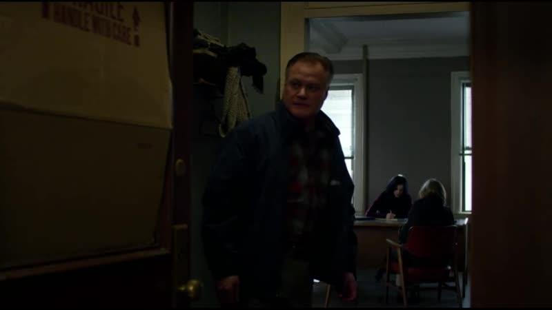 Штирлиц чинит дверь из сериала Джессика Джонс