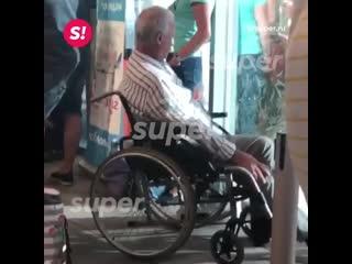Леонид Якубович вернулся с отдыха в инвалидной коляске