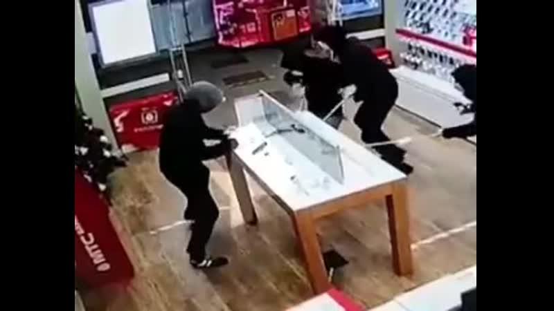 Компания парней ограбила салон связи в Чертаново
