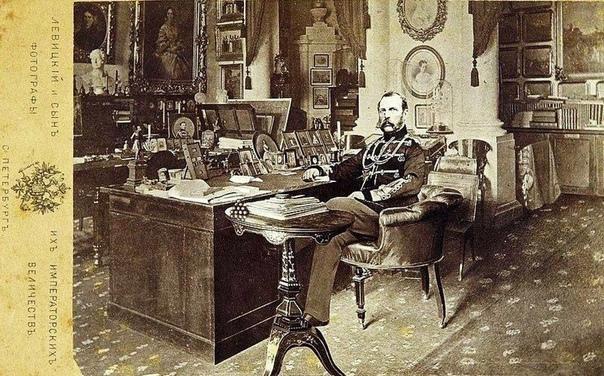Фото Императора Александра II на рабочем месте в Зимнем дворце.1870-е. Эта фотография была продана на торгах в Аукционном Доме Империя за 15 тысяч