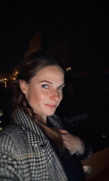Ребекка Фергюсон и ее счастливое лицо после прогулки по ночной Венеции